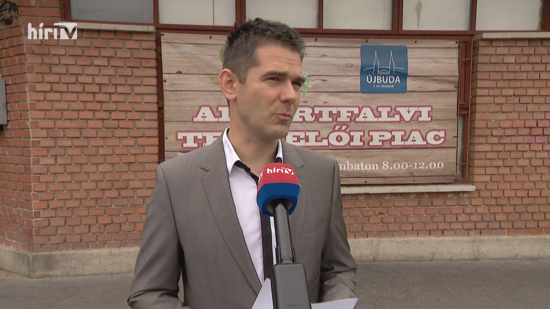 Botrányt csinált a Nemzeti Színház előtt Novák Előd